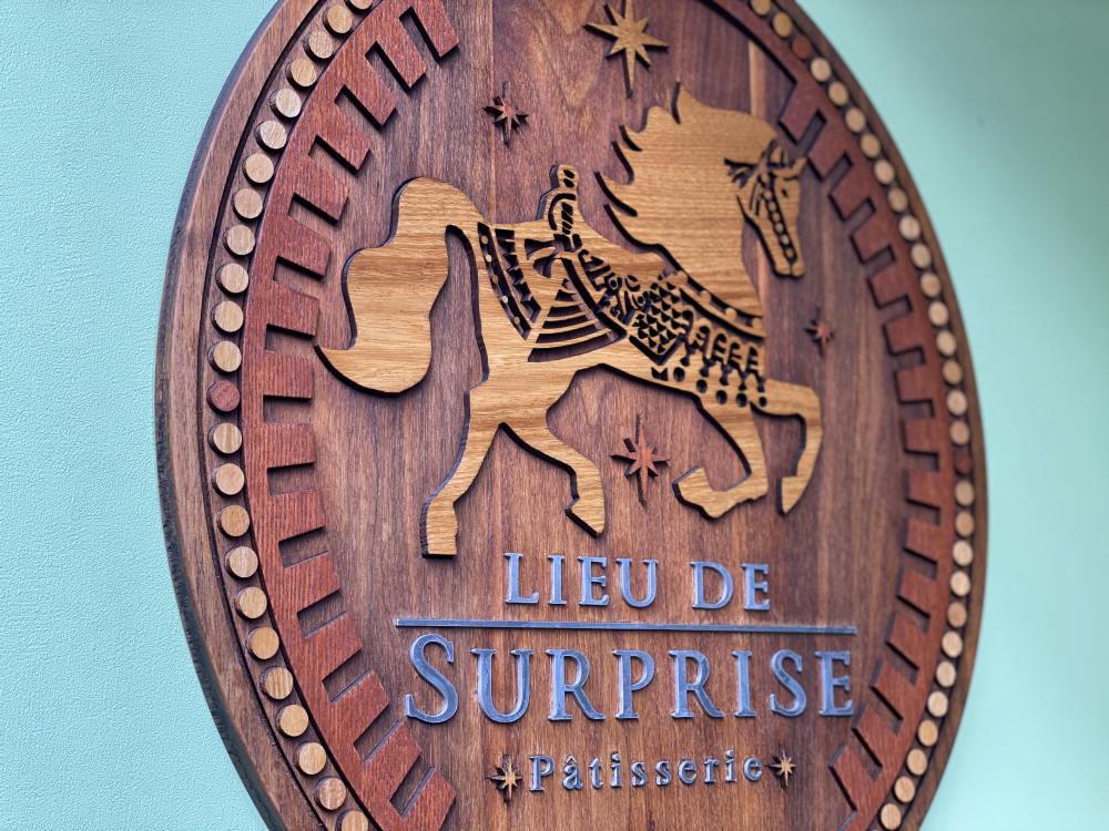 リュ ドゥ シュープリーズのロゴ、看板