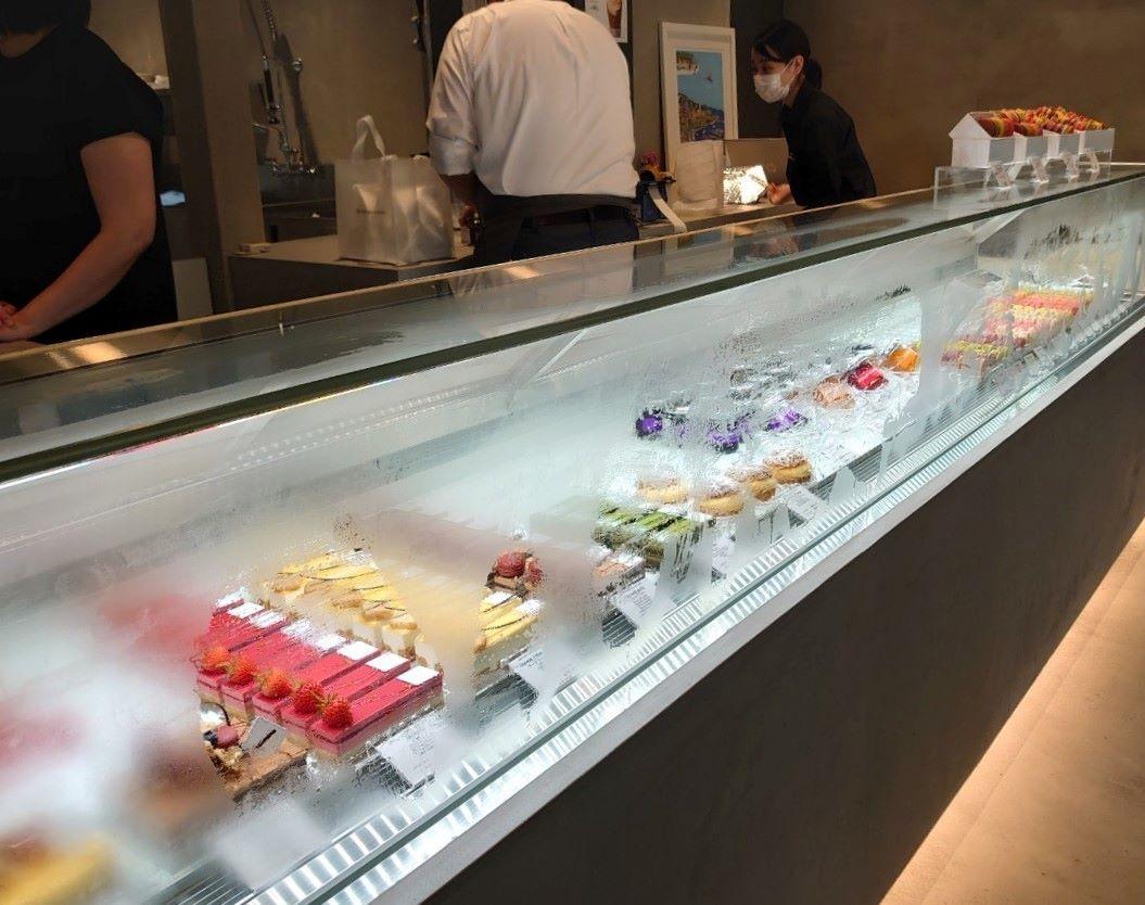サダハルアオキ アトリエ軽井沢 店内の様子 ケーキのショーケース
