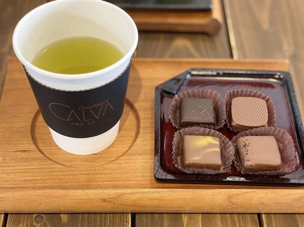 ショコラトリーカルヴァで食べたボンボンとお茶
