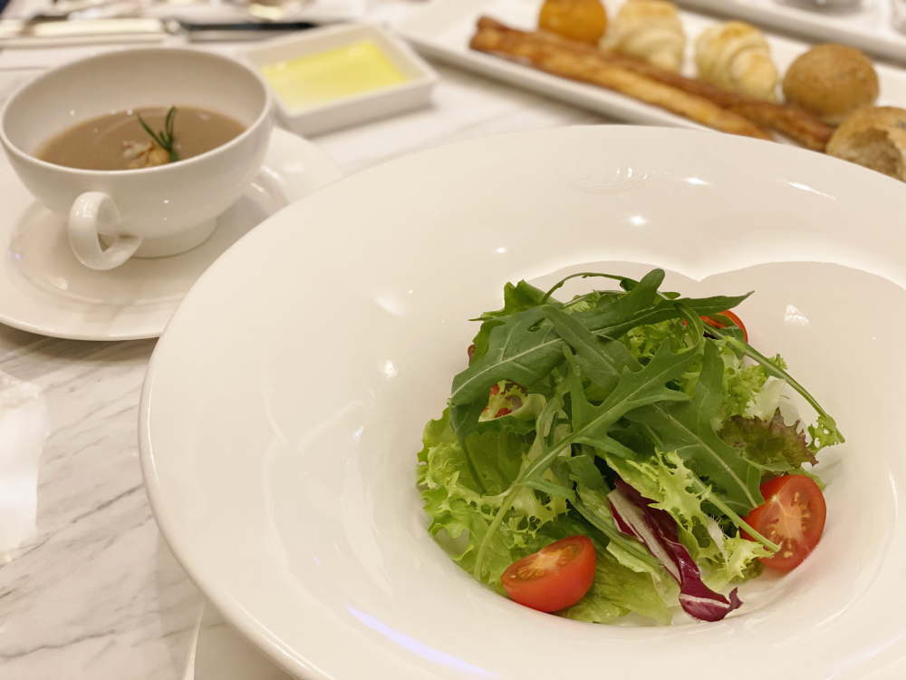 コヴァのディーナーコース サラダとポルチーニのスープ