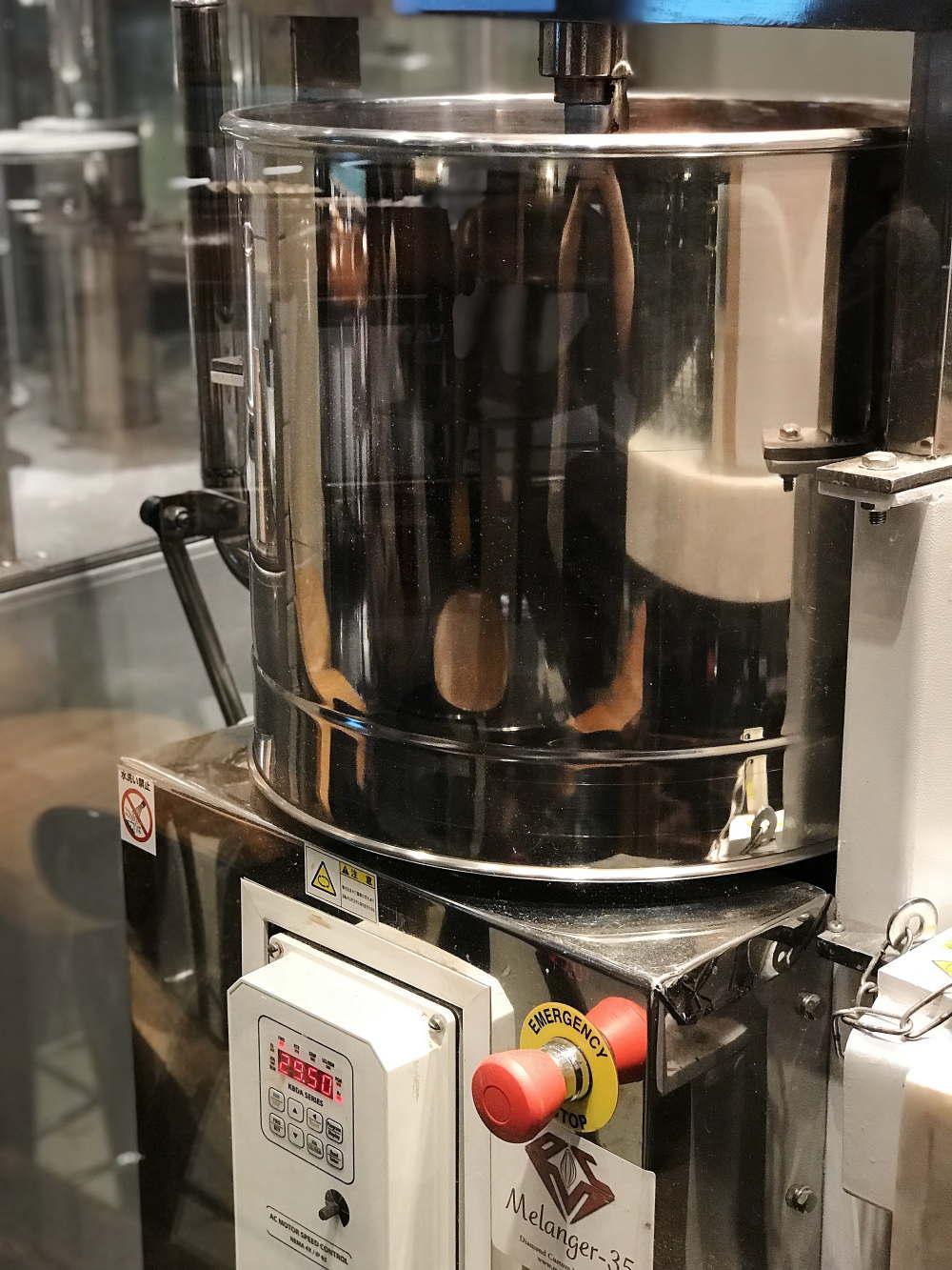 HI-CACAO CHOCOLATE STANDのコンチングマシーン