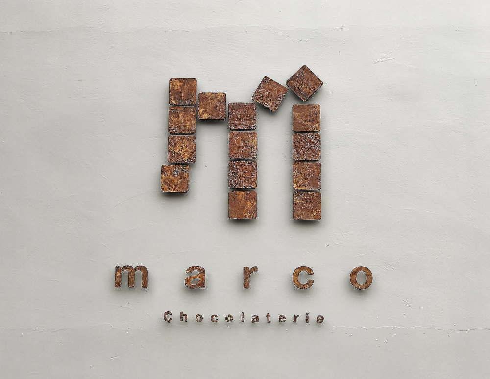 マルコショコラトリー ロゴ 看板