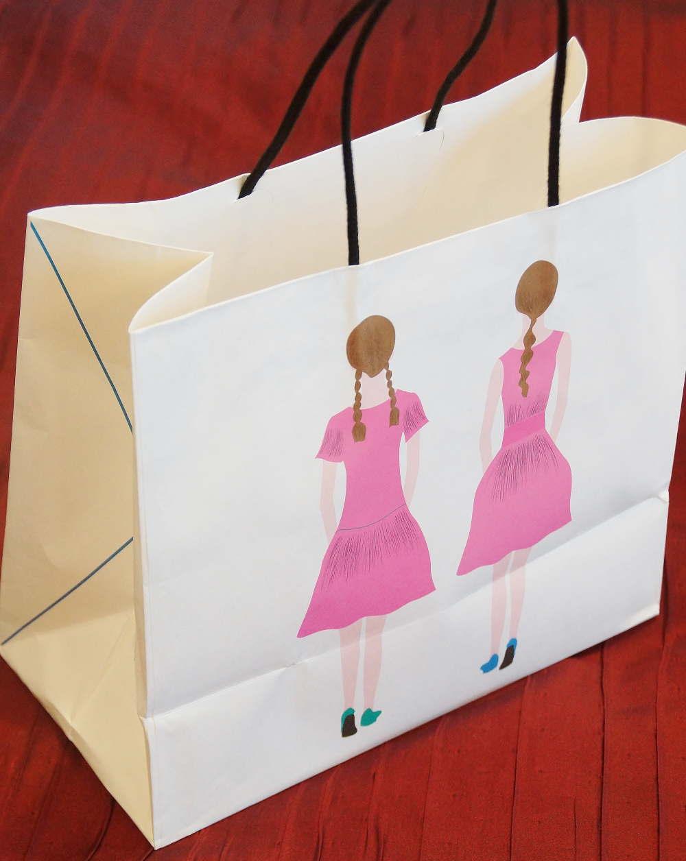 双子の女の子のショッパー